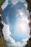 Edifício de encontro ao céu azul Fotografia de Stock Royalty Free