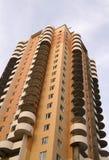 Edifício de encontro ao céu azul Foto de Stock