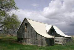 Edifício de exploração agrícola resistido fotografia de stock royalty free