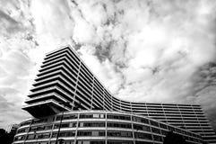 Edifício de ModernHousing em Paris com céu dramático Fotografia de Stock