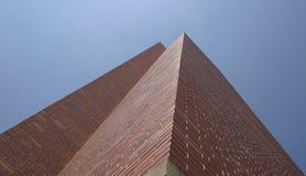 Edifício de tijolo alto fotografia de stock royalty free