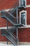 Edifício de tijolo vermelho Escadaria, a fachada da construção Saída de emergência fotografia de stock