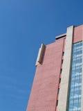 edifício de tijolo vermelho industrial no céu azul   Fotos de Stock