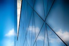 Edifício de vidro moderno no sumário foto de stock