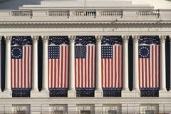 Edifício do Capitólio dos E.U. com bandeiras americanas imagens de stock royalty free