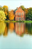 Edifício do estilo de holland no parque do outono imagens de stock royalty free