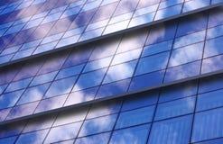 Edifício do negócio no fundo do céu azul imagens de stock royalty free