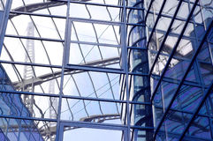 Edifício do negócio no fundo do céu azul fotografia de stock