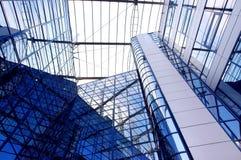 Edifício do negócio no fundo do céu azul foto de stock