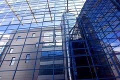 Edifício do negócio no fundo do céu azul foto de stock royalty free