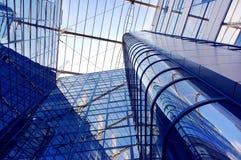 Edifício do negócio no fundo do céu azul Fotografia de Stock Royalty Free