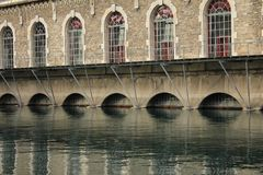 Edifício e água Imagem de Stock Royalty Free