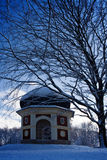 Edifício e árvore no inverno Fotografia de Stock Royalty Free