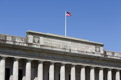 Edifício e bandeira de justiça Foto de Stock Royalty Free