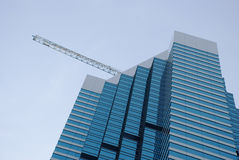 Edifício e guindaste Fotografia de Stock