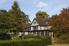Edifício e jardins velhos Fotografia de Stock Royalty Free