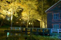 Edifício e passadiço da noite imagens de stock royalty free