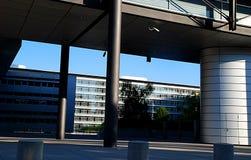 Edifício e passagem superior modernos foto de stock