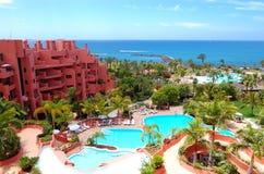 Edifício e praia do hotel de luxo imagem de stock royalty free
