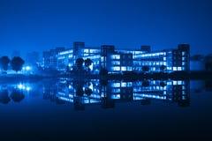 Edifício e reflexão na noite fotos de stock royalty free