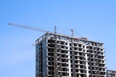 Edifício elevado da ascensão no céu azul Fotografia de Stock Royalty Free