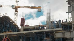 Edifício elevado da ascensão que vai acima Os construtores estão construindo uma casa de apartamento Quarto residencial em proces filme