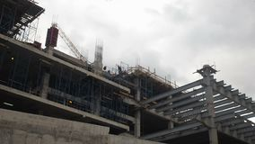 Edifício elevado da ascensão que vai acima Os construtores estão construindo uma casa de apartamento Quarto residencial em proces vídeos de arquivo