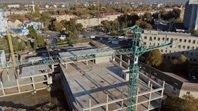 Edifício elevado da ascensão sob a construção O local com os guindastes contra o céu azul video estoque