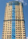 Edifício elevado no céu azul com nuvens Fotografia de Stock Royalty Free