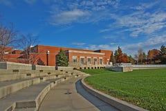 Edifício em um campus universitário fotos de stock royalty free