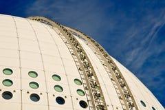 Edifício esférico de encontro ao céu azul Fotos de Stock