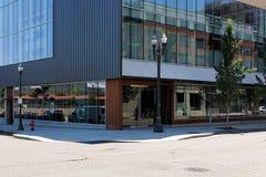 Edifício exterior da esquina da rua contemporânea Fotografia de Stock Royalty Free