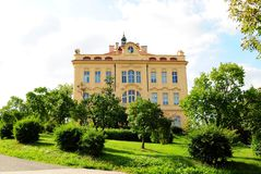 Edifício histórico e jardim bonito Foto de Stock