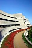 Edifício moderno e ajardinar Fotografia de Stock Royalty Free