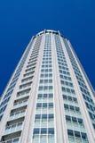 Edifício moderno elevado no céu azul do fundo. Imagens de Stock