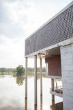 Edifício moderno no rio Imagem de Stock Royalty Free