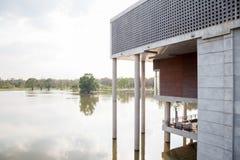 Edifício moderno no rio Fotografia de Stock Royalty Free