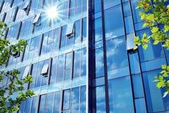 Edifício moderno Prédio de escritórios moderno com a fachada do vidro imagem de stock royalty free