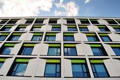 Edifício moderno Prédio de escritórios moderno com a fachada do vidro imagens de stock