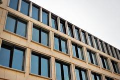 Edifício moderno Prédio de escritórios moderno com a fachada do vidro fotografia de stock