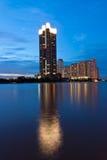 Edifício no beira-rio. Fotografia de Stock Royalty Free