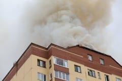 Edifício no fogo Imagens de Stock