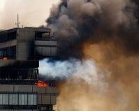 Edifício no incêndio imagens de stock royalty free