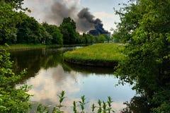 Edifício no incêndio fotografia de stock royalty free