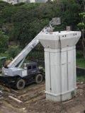 Edifício novo de funcionamento da viga concreta do conjunto do guindaste móvel da coluna foto de stock