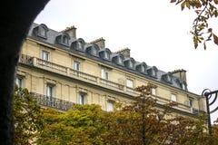 Edifício parisiense típico Foto de Stock Royalty Free