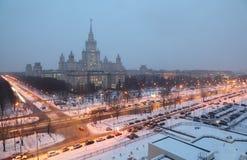 Edifício principal da universidade de estado de Moscovo na noite imagens de stock royalty free