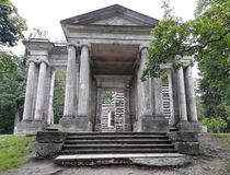 Edifício redondo A máscara portal no parque do palácio de Gatchina imagem de stock royalty free