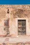 Edifício residencial com portas e os indicadores de madeira Fotos de Stock Royalty Free