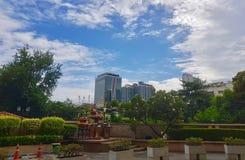 Edifício sob o céu azul imagens de stock